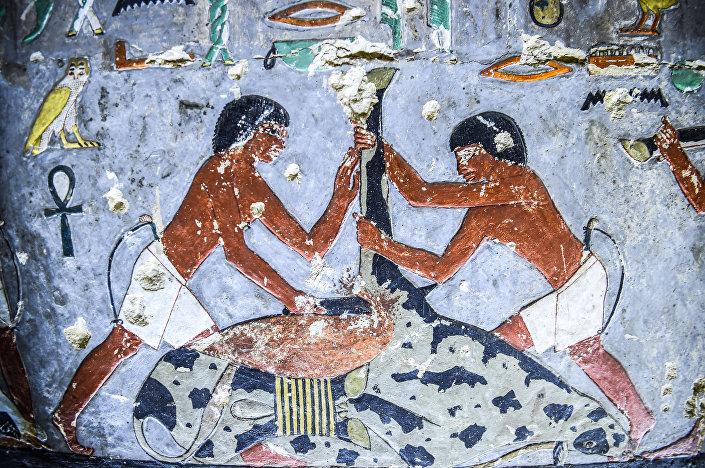 Tumba colorida recém-descoberta do antigo nobre egípcio Khuwy, na necrópole de Saqqara, ao sul de Cairo, no Egito