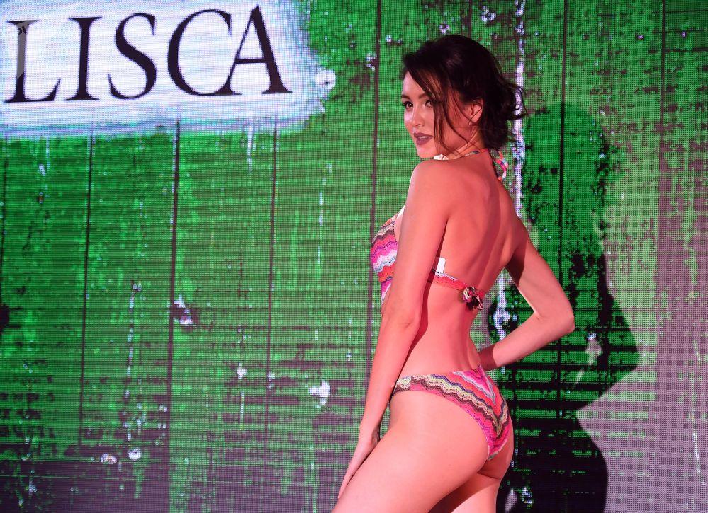 Modelo posa para foto usando biquíni durante desfile de moda Lingerie Fashion Week, em Moscou, Rússia