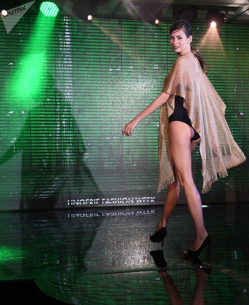 Modelo desfila com peça íntima e camisola no desfile Lingerie Fashion Week, na Rússia