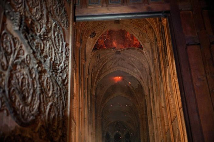 Chamas e fumaça são vistas no interior da Catedral de Notre-Dame em Paris, França, 16 de abril de 2019