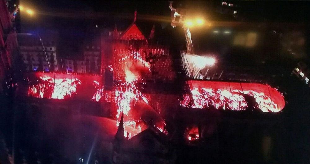 Vista panorâmica do incêndio na Catedral de Notre-Dame