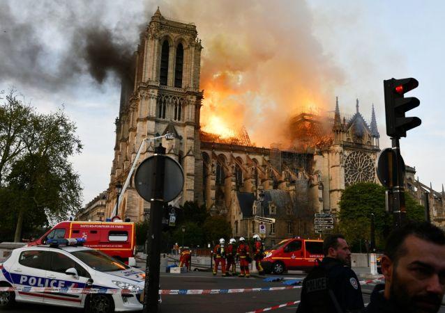 A parte principal da catedral foi atingida por incêndio, mas a fachada e as duas torres frontais saíram ilesas