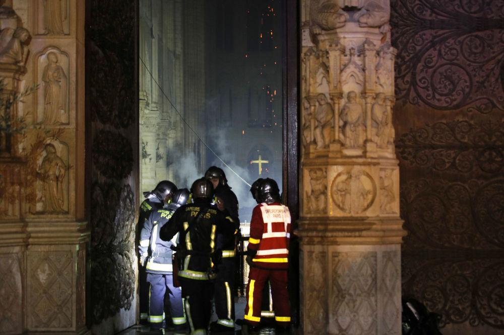 Mais de 400 bombeiros se envolveram na luta contra o fogo, e aviões não foram utilizados na operação de contenção das chamas pelo risco de colapso com o edifício