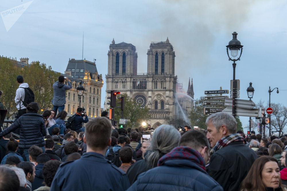 Pessoas perto da Catedral de Notre-Dame, onde ocorreu o incêndio