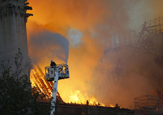 Bombeiros apagam incêndio na Catedral de Notre-Dame