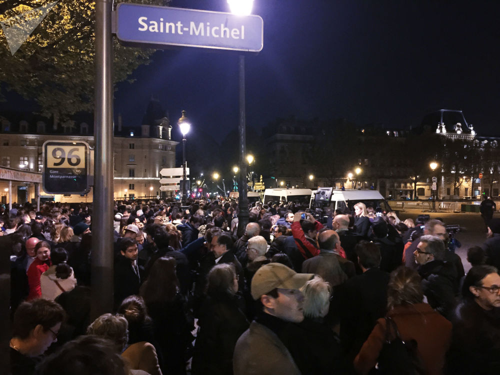 Emmanuel Macron prometeu reconstruir a Catedral de Notre-Dame de Paris