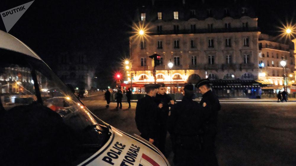 Policiais no local do incêndio na Catedral de Notre-Dame