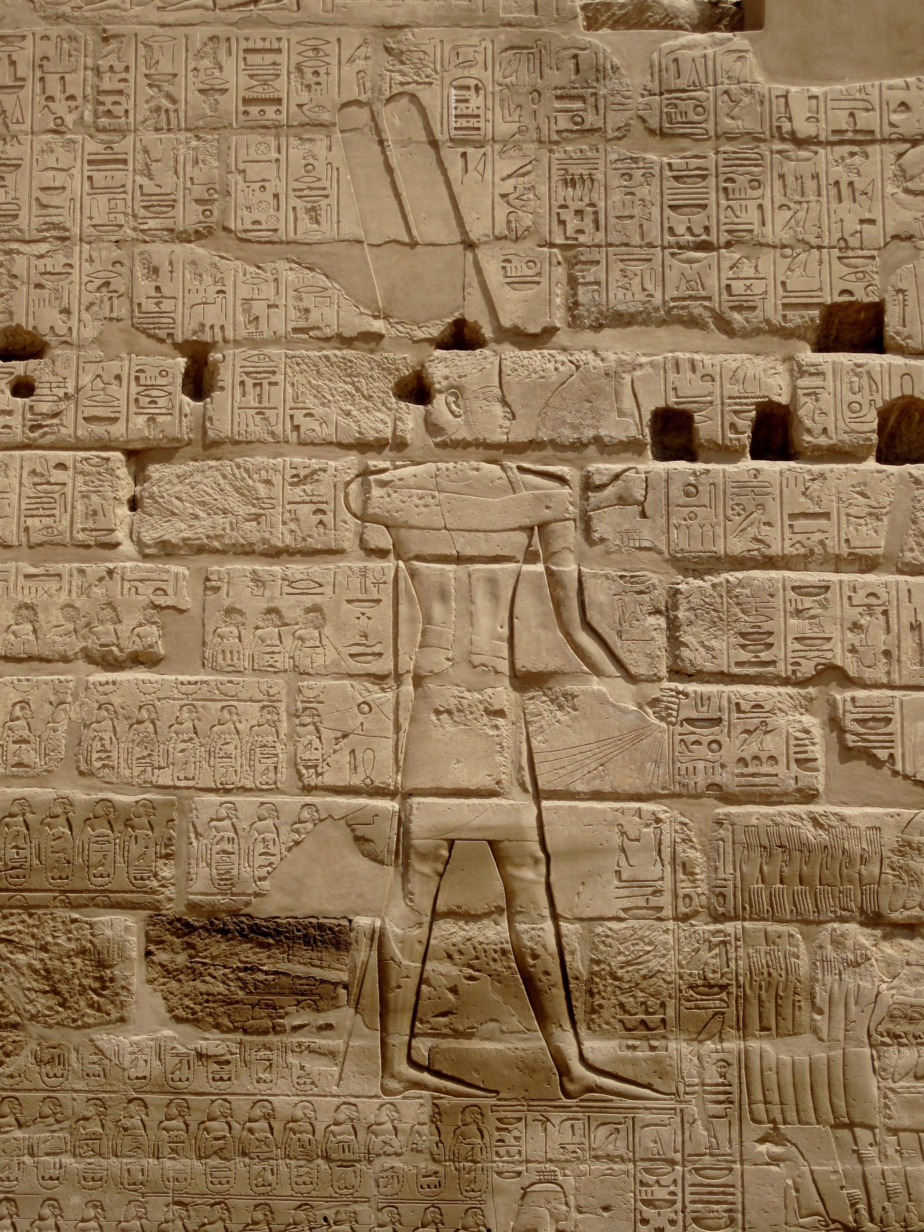 Relevo de Sisaque I na parede externa do Templo de Carnaque, no Egito