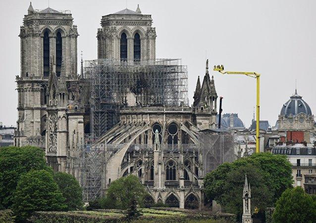 Catedral de Notre-Dame após incêndio.