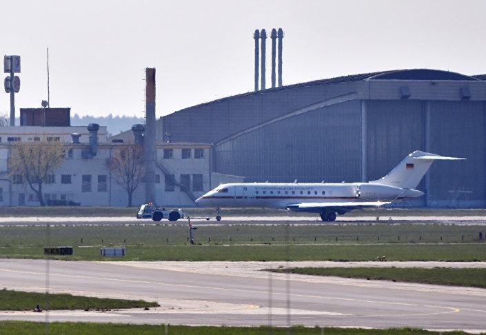 Jato Global 5000 do governo alemão é rebocado na pista de táxi do aeroporto de Schoenefeld, em Berlim