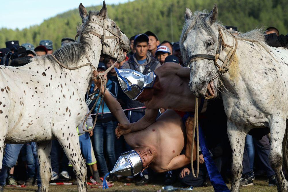 Luta a cavalo é um esporte tradicional Telenguita