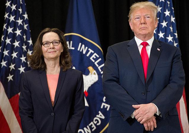 A diretora da CIA, Gina Haspel, e presidente americano, Donald Trump