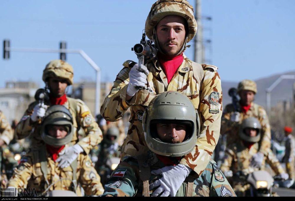 E, como podemos ver, entre os soldados que marcham a maioria consiste de Guardiões da Revolução Islâmica, pois é uma unidade ideologicamente integral