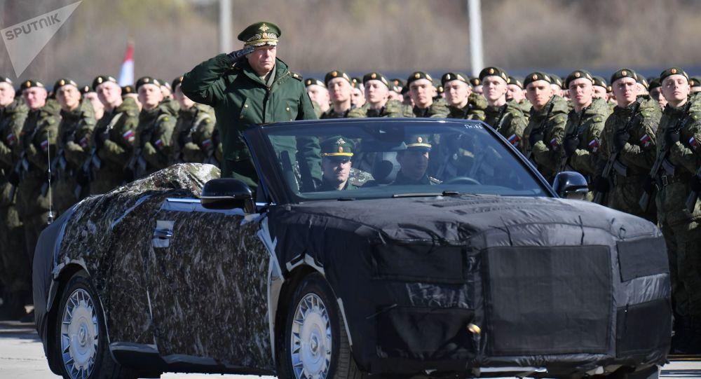 Сomandante das Forças Terrestres da Rússia, coronel-general Oleg Salyukov, no conversível russo Aurus durante ensaio da Parada da Vitória