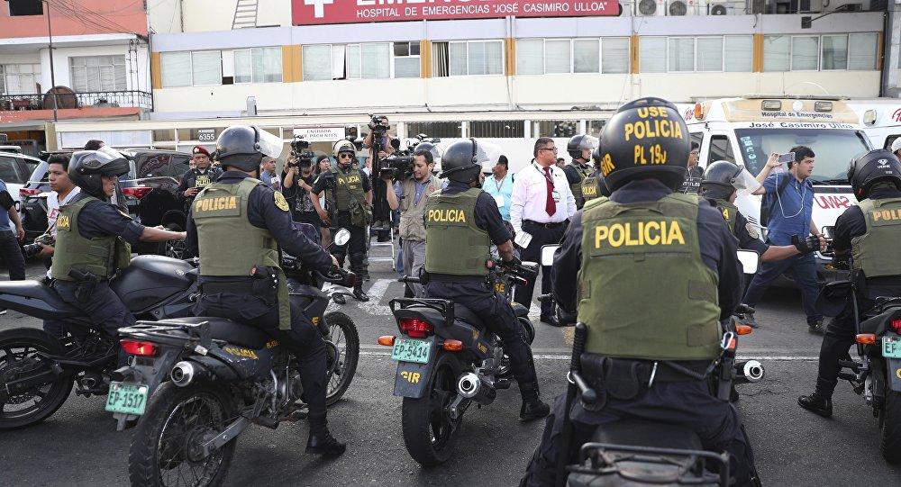 Policiais peruanos em frente ao hospital em que faleceu o ex-presidente Alan García.