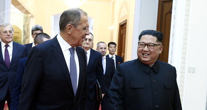 O ministro das Relações Exteriores da Rússia, Sergei Lavrov, à esquerda, e o líder norte-coreano, Kim Jong Un, se encontram em Pyongyang
