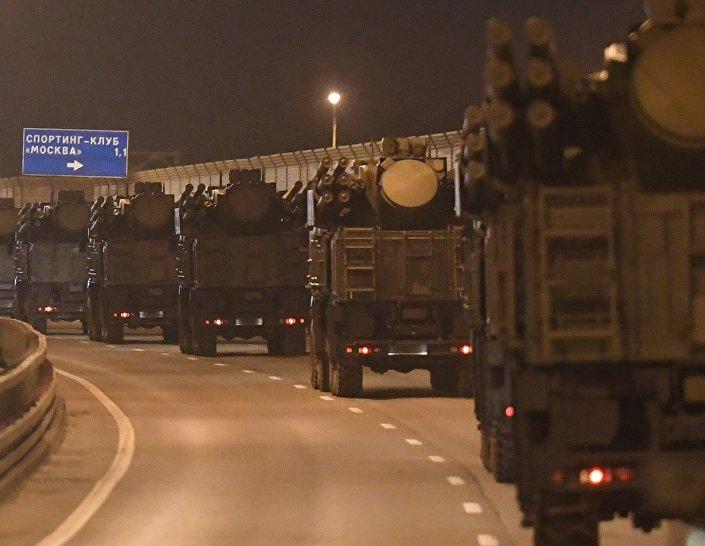 O equipamento militar se desloca para Moscou a fim de participar da 9ª Parada da Vitória, em 9 de maio