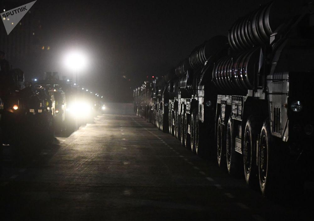 Iluminado pela luz de lâmpadas, material militar russo se aproxima de Moscou