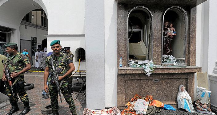 Militares do Sri Lanka perto da igreja de Santo Antônio de Kochchikade, em Colombo