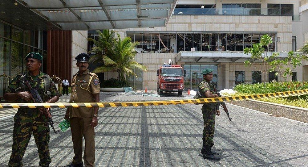 Pessoal de segurança perto do hotel Shangri-La que foi abalado por uma das explosões em 21 de abril de 2019