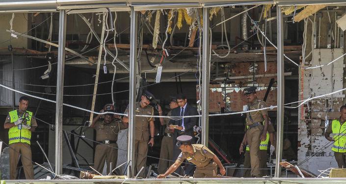 Polícias avaliam consequências de explosão em um dos hotéis em Colombo onde ocorreu explosão, Sri Lanka