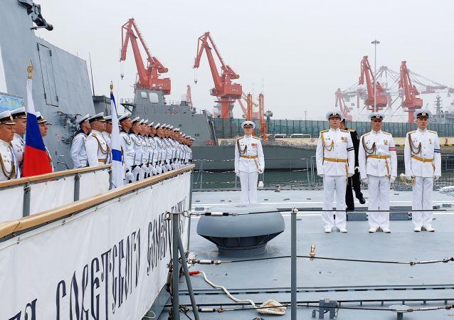 Um grupo de navios russos chegou no porto chinês de Qingdao para participar da celebração