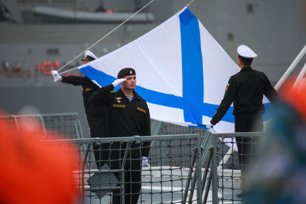Navios da Marinha russa chegaram à China, os marinheiros saúdam