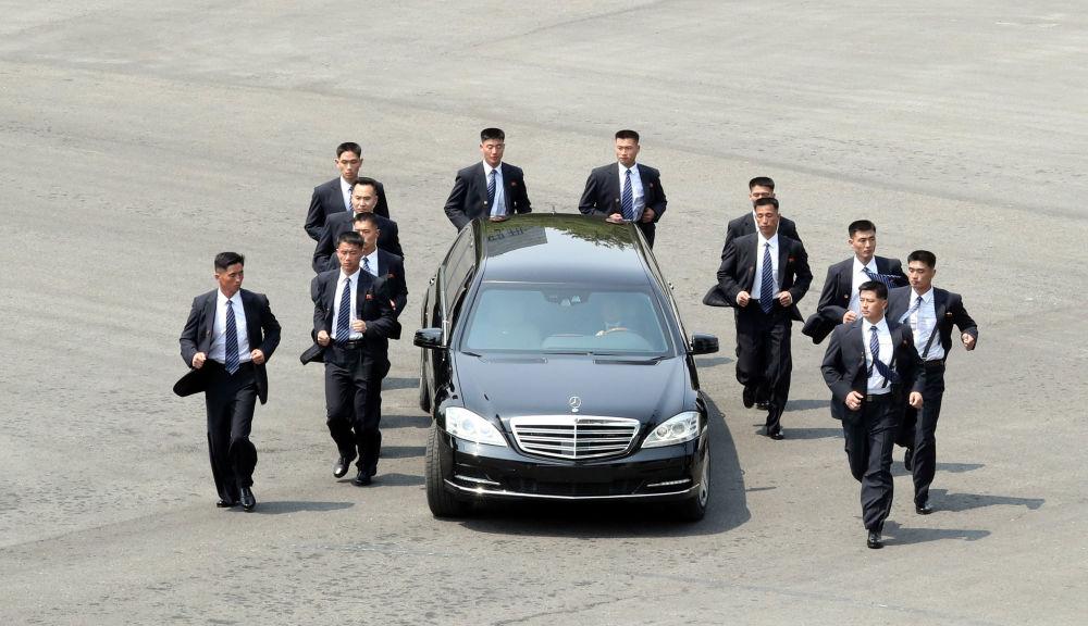 Guarda-costas protegem carro que leva o líder norte-coreano na Coreia do Sul