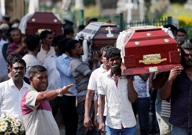 Caixões das vítimas são carregados durante um funeral massivo das vítimas dos ataques no Sri Lanka