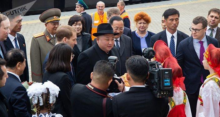 Kim Jong-un é recebido com pão e sal, uma tradição russa de boas-vindas, na estação da cidade de Khasan