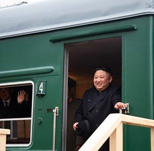 Kim Jong-un sai do trem blindado para a estação da cidade russa de Khasan