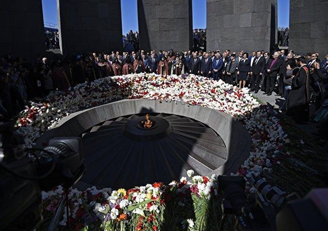 A cerimônia de colocação de flores na chama eterna no Memorial das Vítimas do Genocídio Armênio em Yerevan.