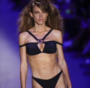 Modelo veste biquíni preto da coleção de Amir Slama na semana da moda do Brasil em São Paulo
