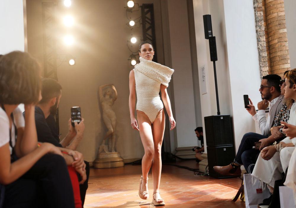 Modelo mostra maiô branco da coleção de Lenny Niemeyer na São Paulo Fashion Week