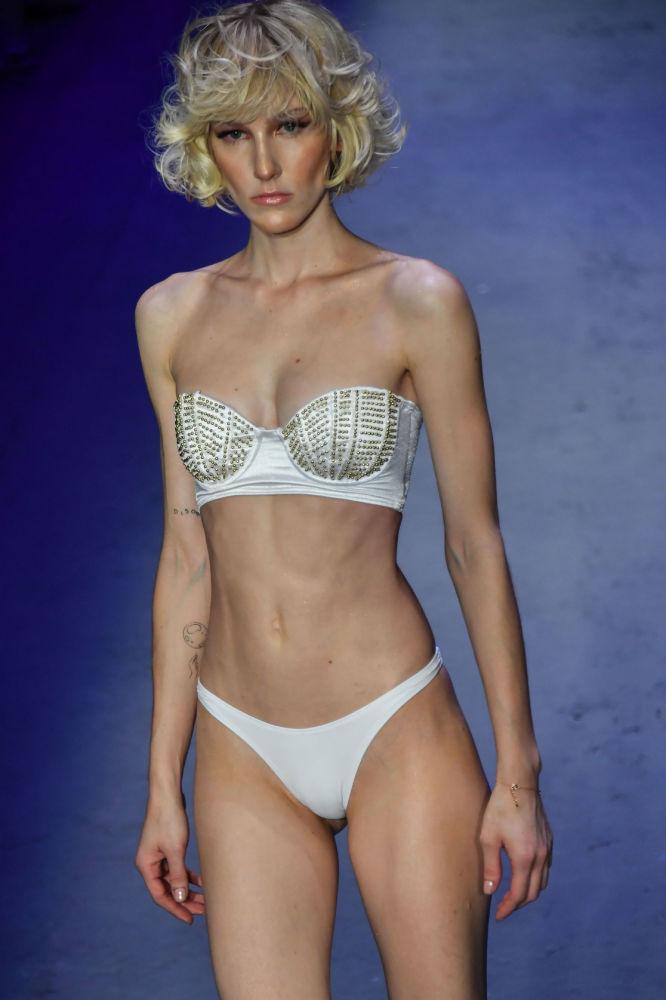 Modelo desfila usando biquíni branco da coleção de Amir Slama na São Paulo Fashion Week