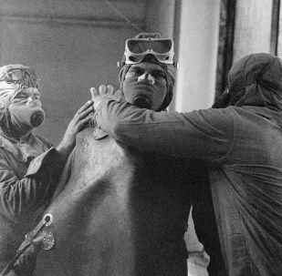 Grupo de liquidadores se preparando para subir ao telhado da usina nuclear de Chernobyl após o acidente ocorrido em 26 de abril de 1986 na cidade de Pripyat, na Ucrânia