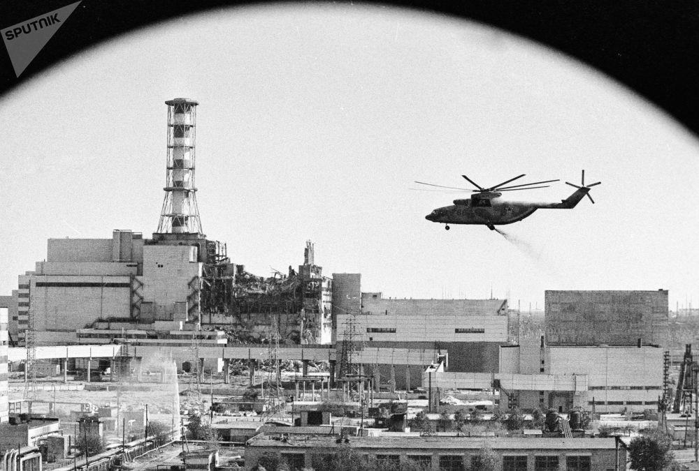 Helicópteros descontaminam edifícios da usina nuclear de Chernobyl após o acidente na Ucrânia