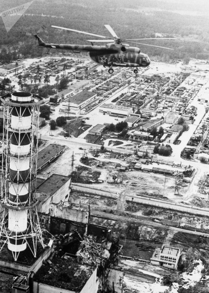 Helicóptero efetua descontaminação no edifício da usina nuclear de Chernobyl após a catástrofe ocorrida em 26 de abril de 1986, na Ucrânia