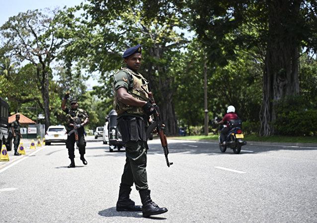 Soldados assumem suas posições em um posto de controle em uma rua em Colombo, após uma série de explosões contra igrejas e hotéis de luxo no domingo de Páscoa no Sri Lanka.