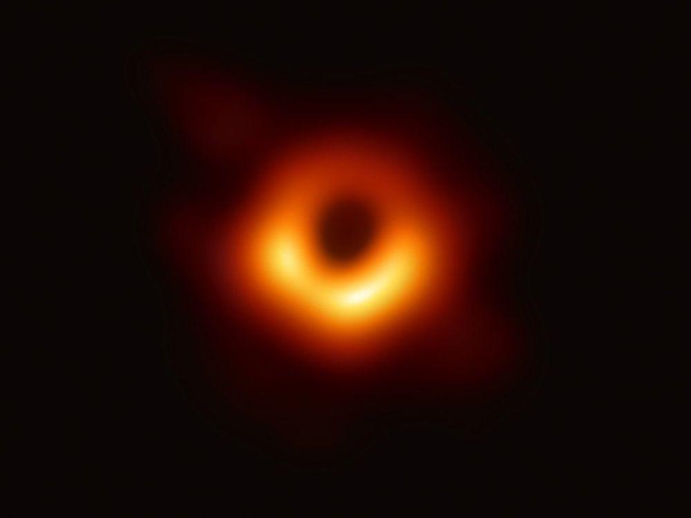 Imagem de um buraco negro no centro da galáxia M87, obtida pelo Telescópio do Horizonte de Eventos