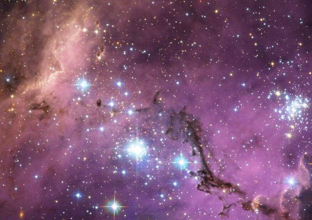 Grande Nuvem de Magalhães é uma galáxia anã satélite que orbita a Via Láctea