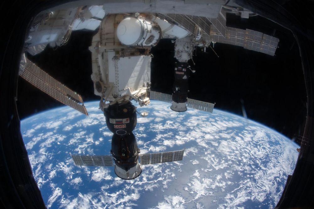 Nave espacial Soyuz se acoplando à Estação Espacial Internacional (EEI)