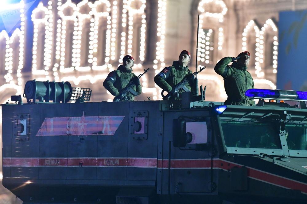 Blindado Ural Typhoon durante o ensaio do desfile militar na Praça Vermelha, na capital russa de Moscou