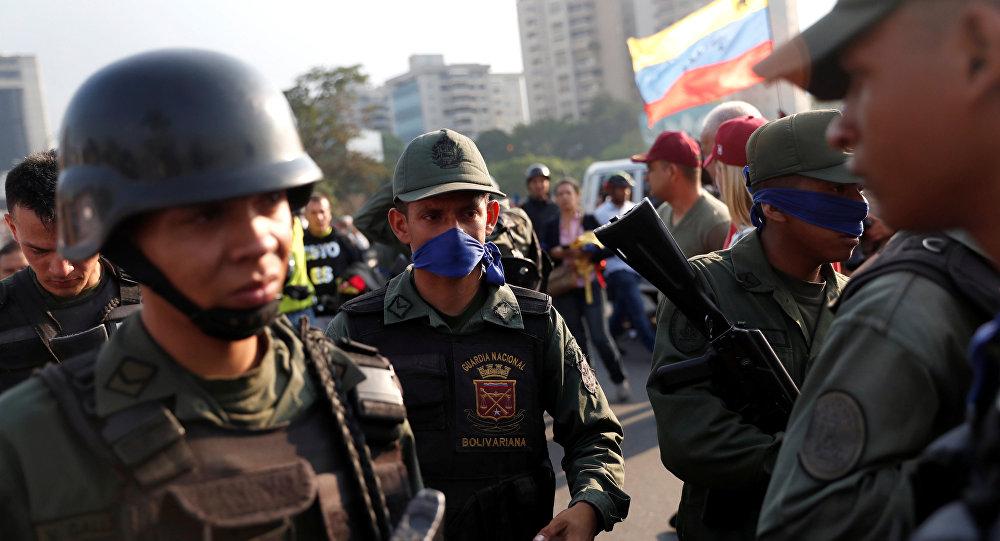 Militares venezuelanos ao lado da base aérea La Carlota, 30 de abril de 2019