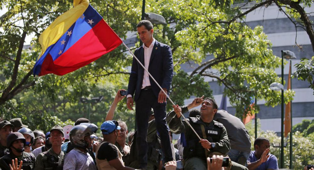 Líder da oposição venezuelana e presidente autoproclamado, Juan Guaidó, fala com os apoiadores perto da base aérea La Carlota, em Caracas