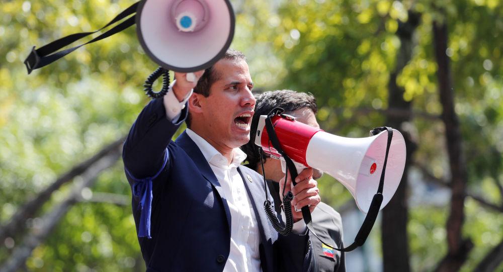 Líder da oposição venezuelana e presidente autoproclamado, Juan Guaidó, discursa em frente à base aérea La Carlota, em Caracas