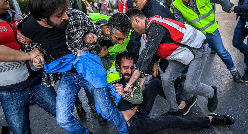 Polícia de Istambul interrompe protesto não autorizado na praça Taksim