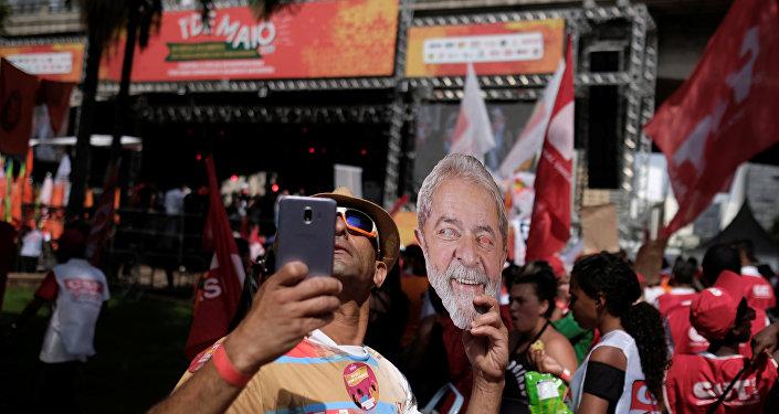 Sindicalista segura máscara de Lula.