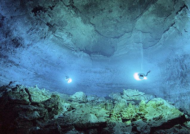 Mergulhadores exploram o cenote Hoyo Negro no México