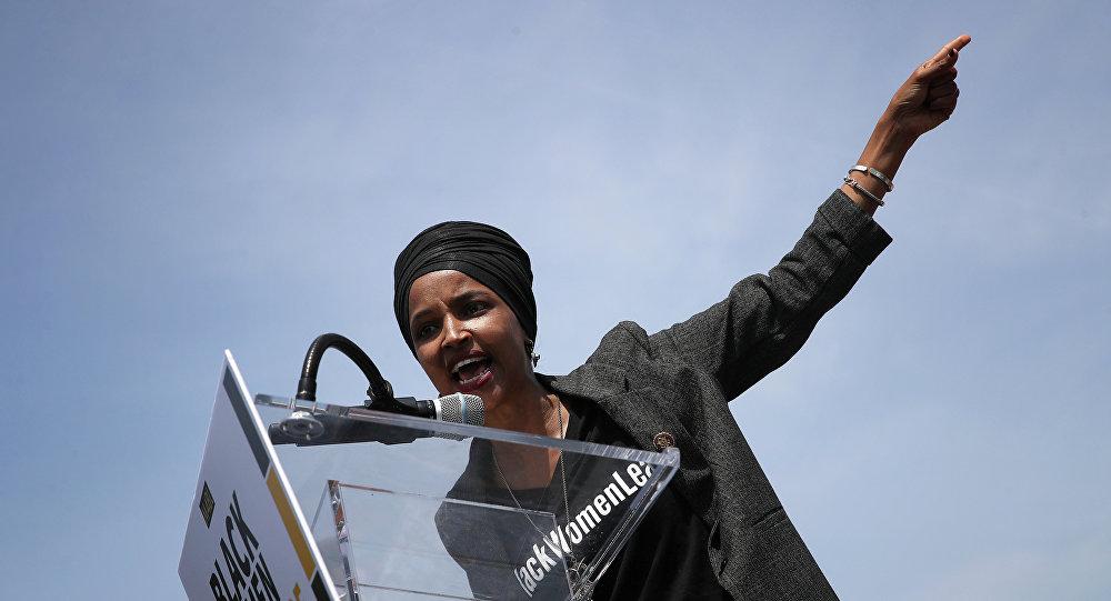 A deputada americana Ilhan Omar (D-MN) discursa durante um evento do lado de fora do Capitólio dos EUA em 30 de abril de 2019, em Washington, DC